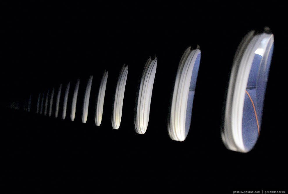 Самолёты в ночном ангаре