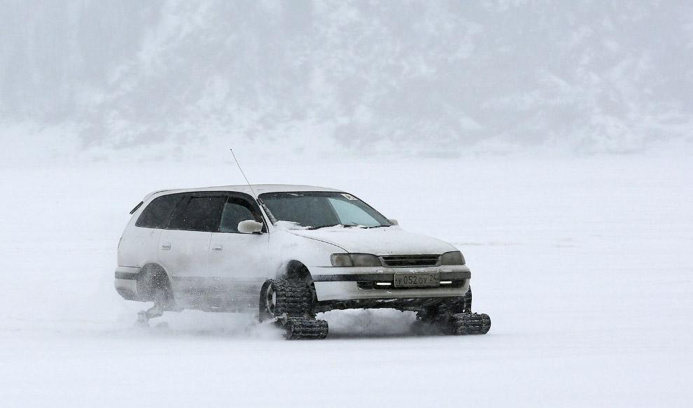Самодельный вездеход на замерзшей поверхности реки Енисей