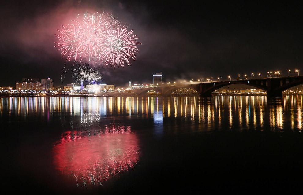 Фейерверк над рекой Енисей в Рождество