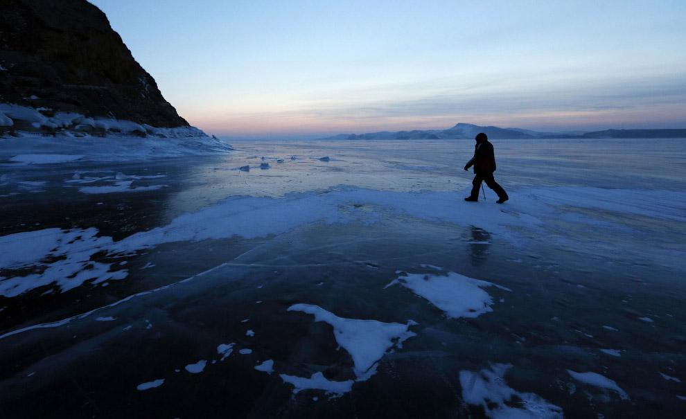 Рыбак на замерзшей реке Енисей