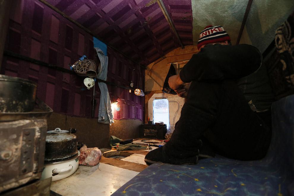 Внутри фанерного домика