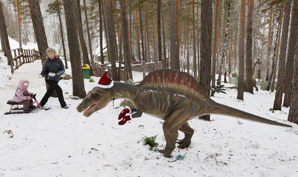 """Парк динозавров в зимнем зоопарке """"Роев Ручей"""""""