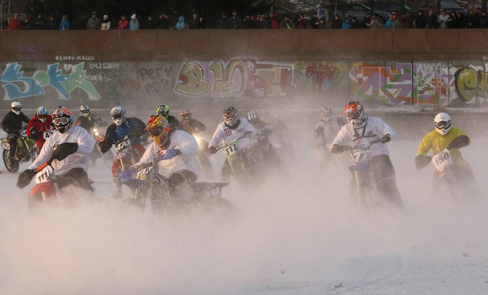 Мото-соревнования на льду реки Енисей, посвященные Дню защитника Отечества