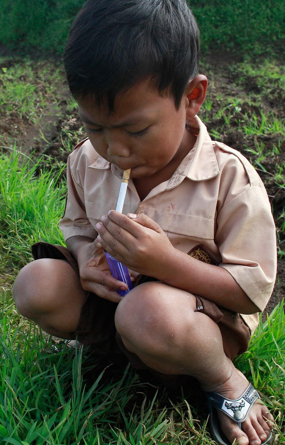 Можно подумать, что Дихан — так зовут 7-летнего мальчика — использует деньги не по назначению и покуривает в тайне от родителей