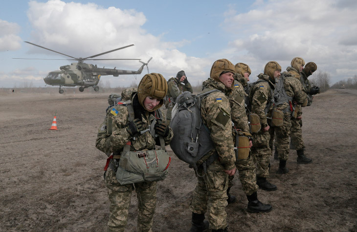 Украинские солдаты на учениях в Житомир, Украина