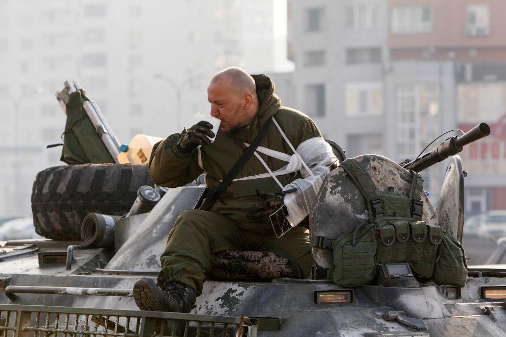 Украинский военный на бронетранспортере, возвращается с востока Украины