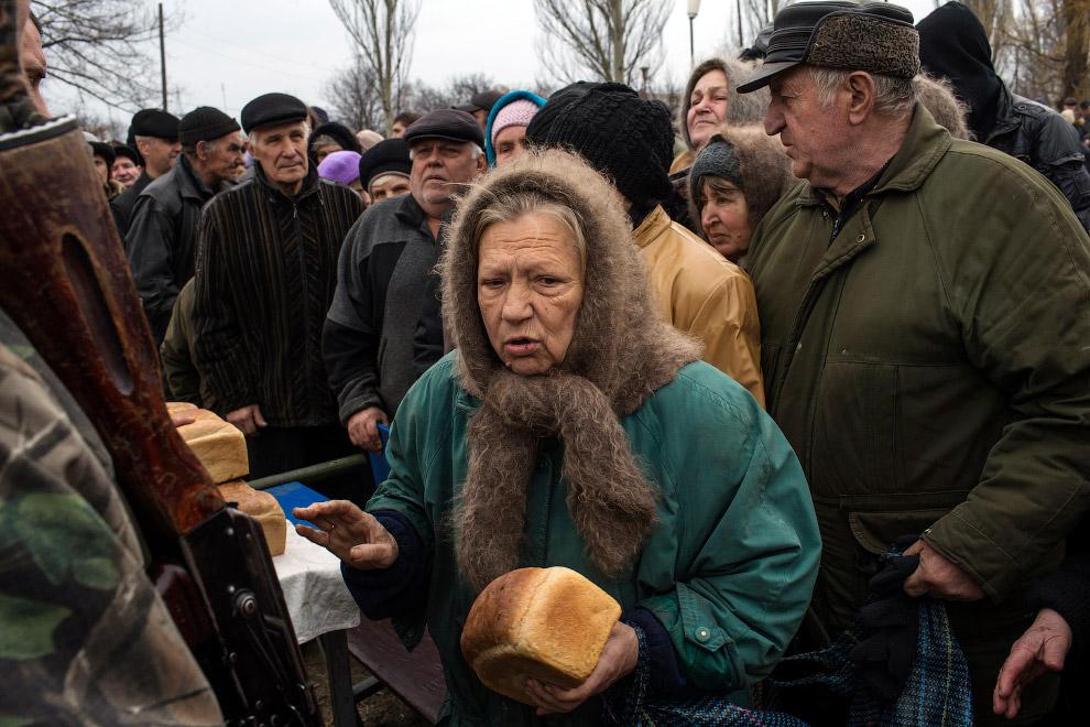 Очередь за бесплатным хлебом в селе Чернухино недалеко от города Дебальцево