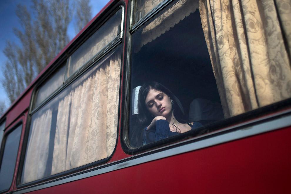 Автобус с беженцами на границе между Украиной и Россией на юго-востоке Донецка