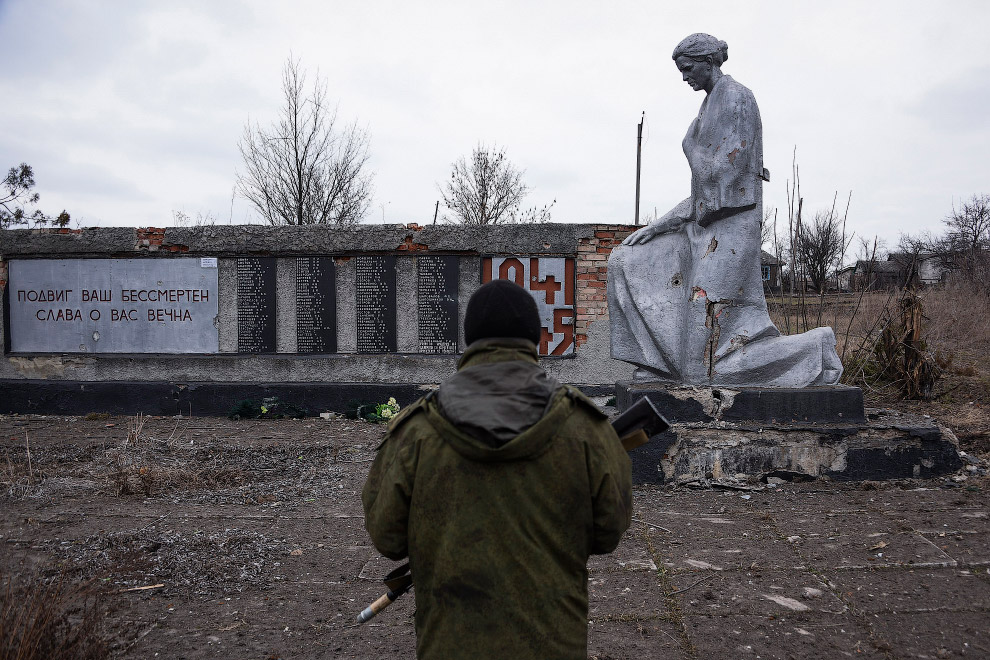 Ополченец у памятника Великой Отечественной войны
