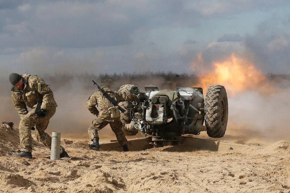 Украинцы тренируются в стрельбе из артиллерийского орудия около Житомира