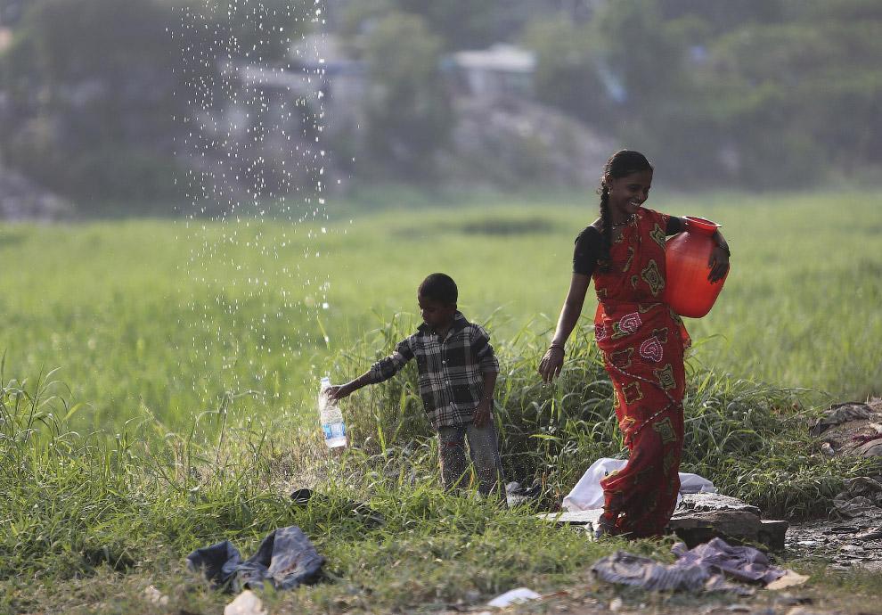 Из какой-то трубы в Хайдарабаде, Индия течет какая-то вода