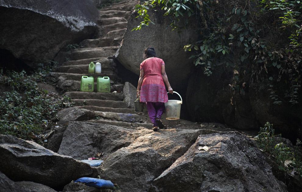 Носить воду ведрами и канистрами вверх – не так-то просто, Индия
