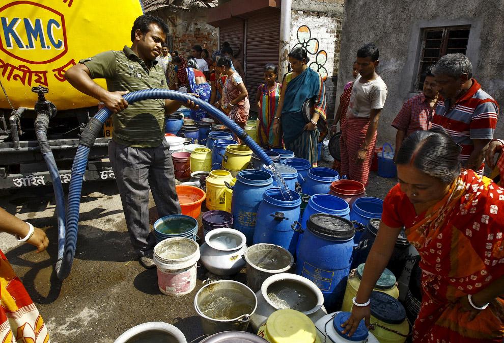 Развоз питьевой воды по трущобам Калькутты