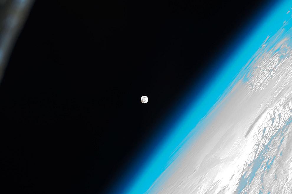 Луна и атмосфера Земли