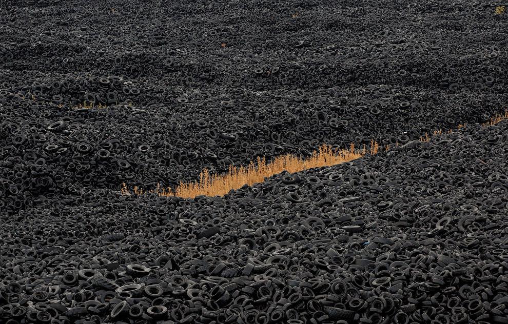 Горы использованных шин на свалке недалеко от Мадрида, Испания