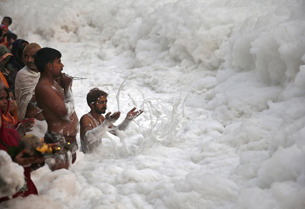 Поклонение богу солнца Сурья в супер-загрязненных водах реки Ямуна, Нью-Дели