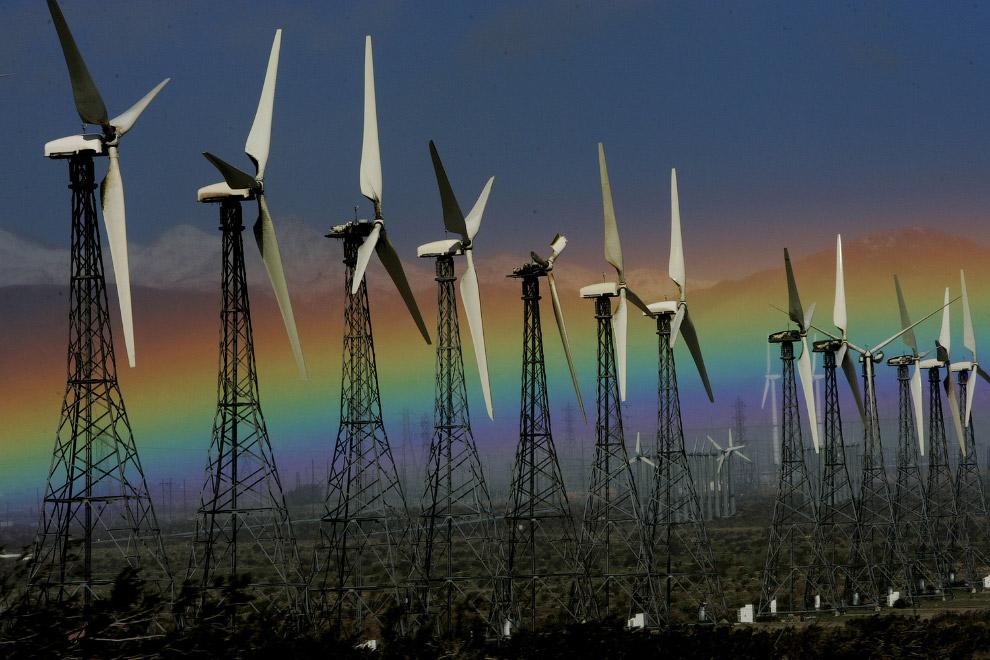 Радуга и ветряки в штате Калифорния