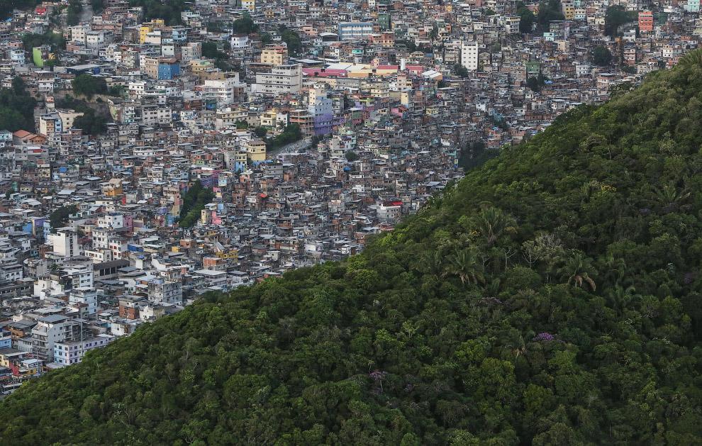 Фавела Росинья расположена на крутых склонах в южной части города Рио-де-Жанейро