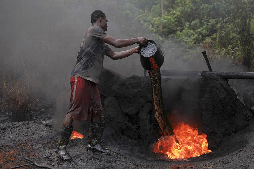 Работник нелегального нефтеперерабатывающего предприятия, Нигерия