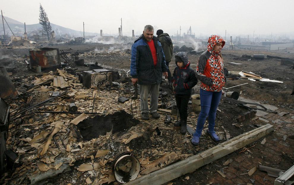 Семья на месте бывшего дома, поселок Шира, Хакасия