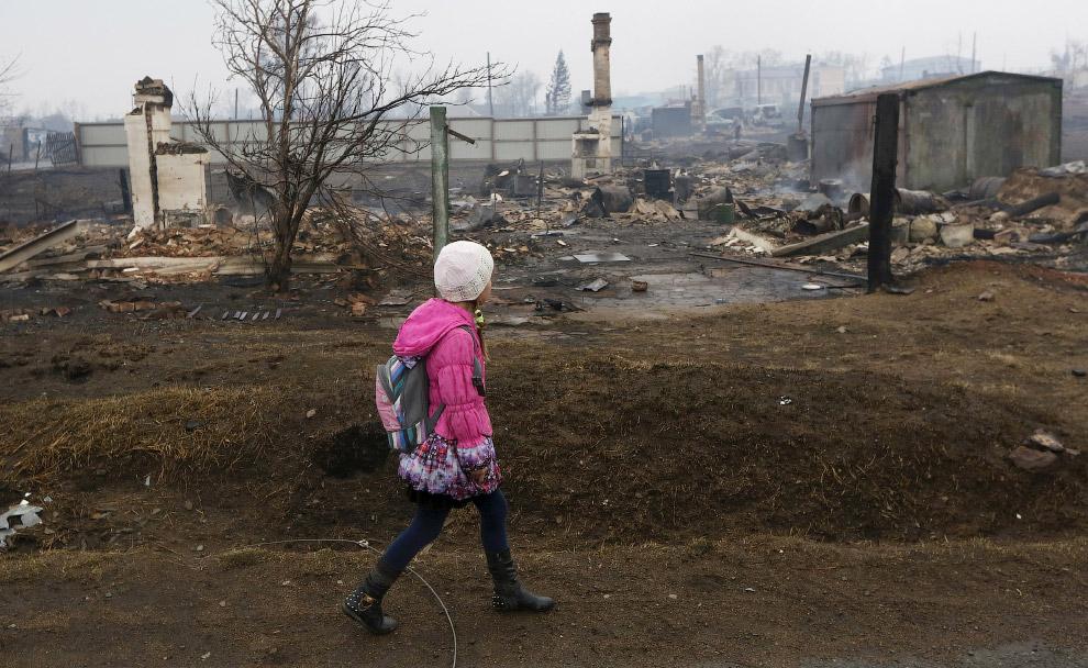 Сейчас спасатели и волонтеры расчистили почти 600 подворий в 12 населенных пунктах, пострадавших от пожаров в Хакасии