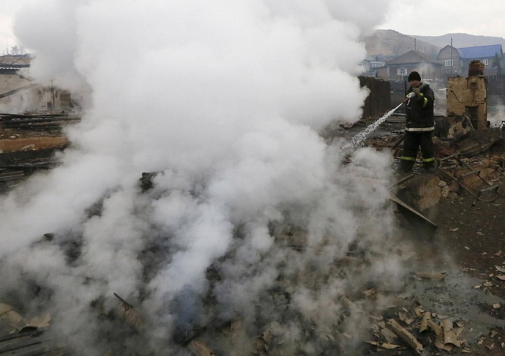 Пожарные. Тушат пепелище на месте бывшего дома