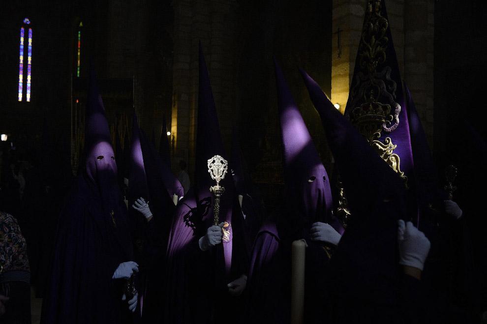 Члены братства «Эль Кальварио» в Кордове, Испания
