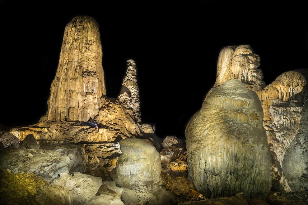 Гигантские сталагмиты кажутся исполинами рядом с маленьким человеком