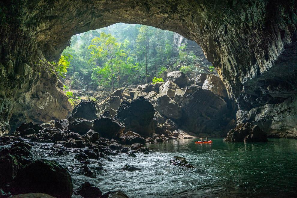 Один из выходов из пещеры