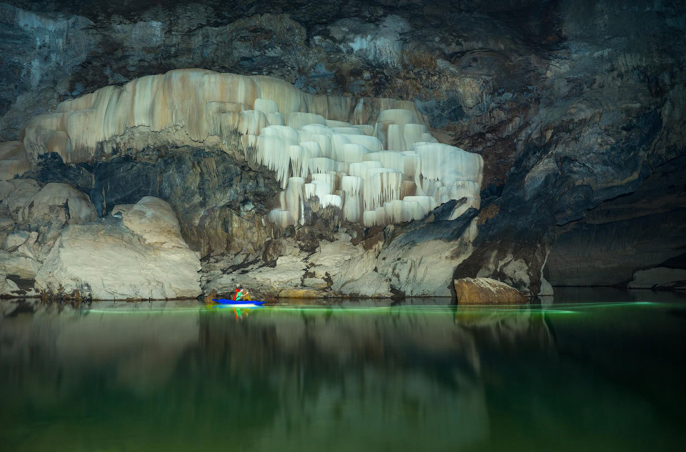 Вода с зеленоватым оттенком и красивые образования