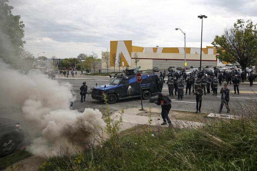 Мирные еще несколько дней назад акции протеста переросли в мародерство и поджоги