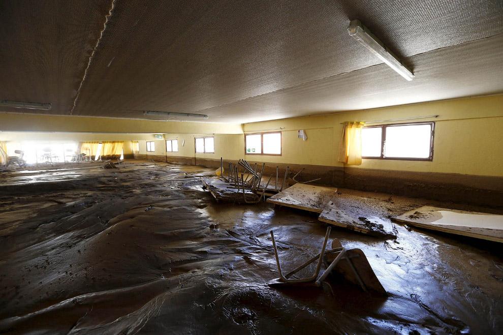 Внутри зданий предстоит долгая уборка от тонн грязи