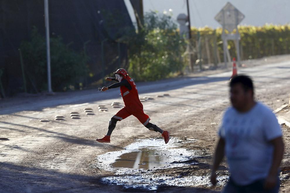 Клоун спешит на шоу для детей, пострадавших от наводнения города Сан-Антонио