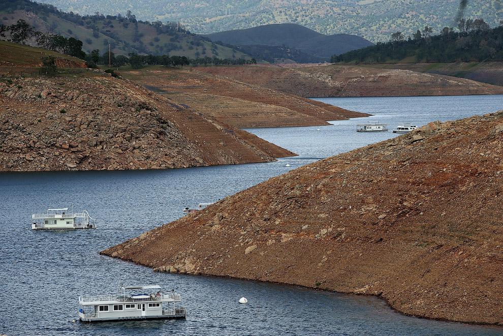 По крутым берегам озера Дон-Педро тоже видно, какой уровень воды тут был