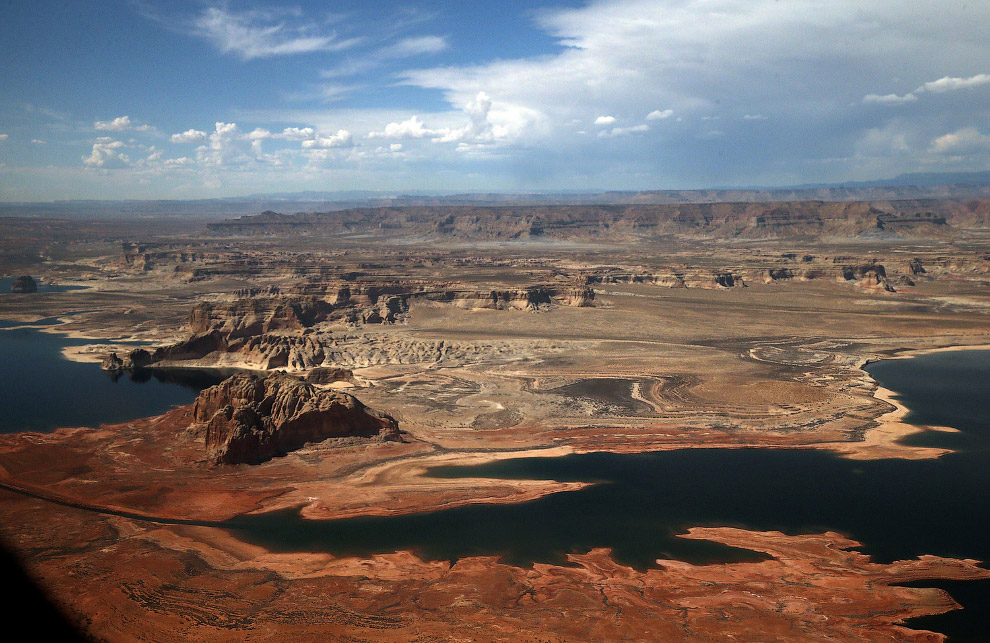 Вид с самолета на обмелевшее водохранилище Пауэлл, Аризона