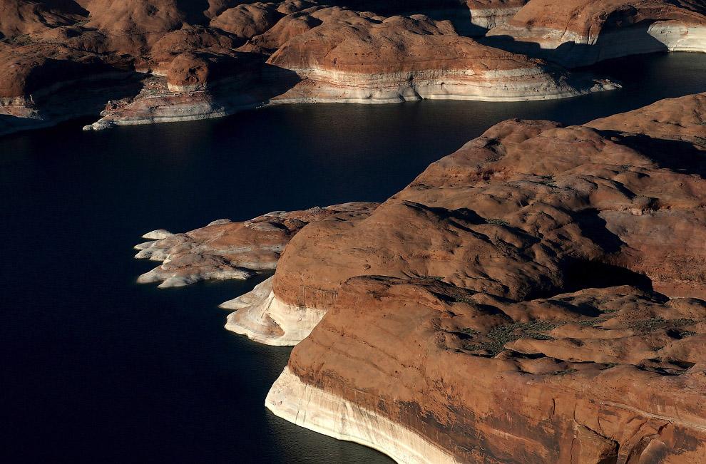 Береговая линия озера Пауэлл в штате Юта с отметинами бывшего уровня воды