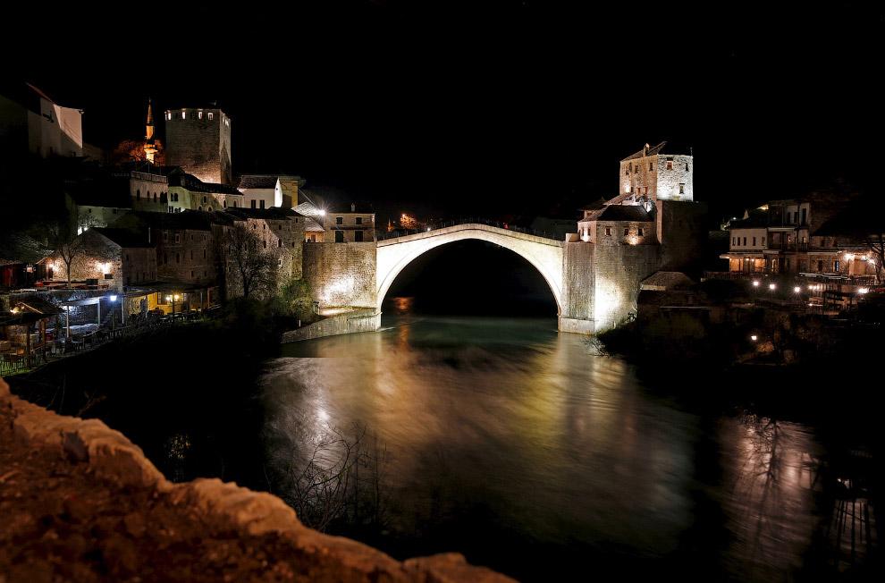Старый мост через реку Неретву в городе Мостаре, Босния и Герцеговина