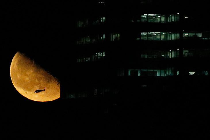Вертолет над Нью-Йорком и Луна