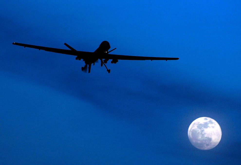 Американский беспилотник на юге Афганистана в лунную ночь