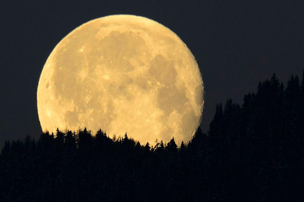 Полная Луна в швейцарских Альпах