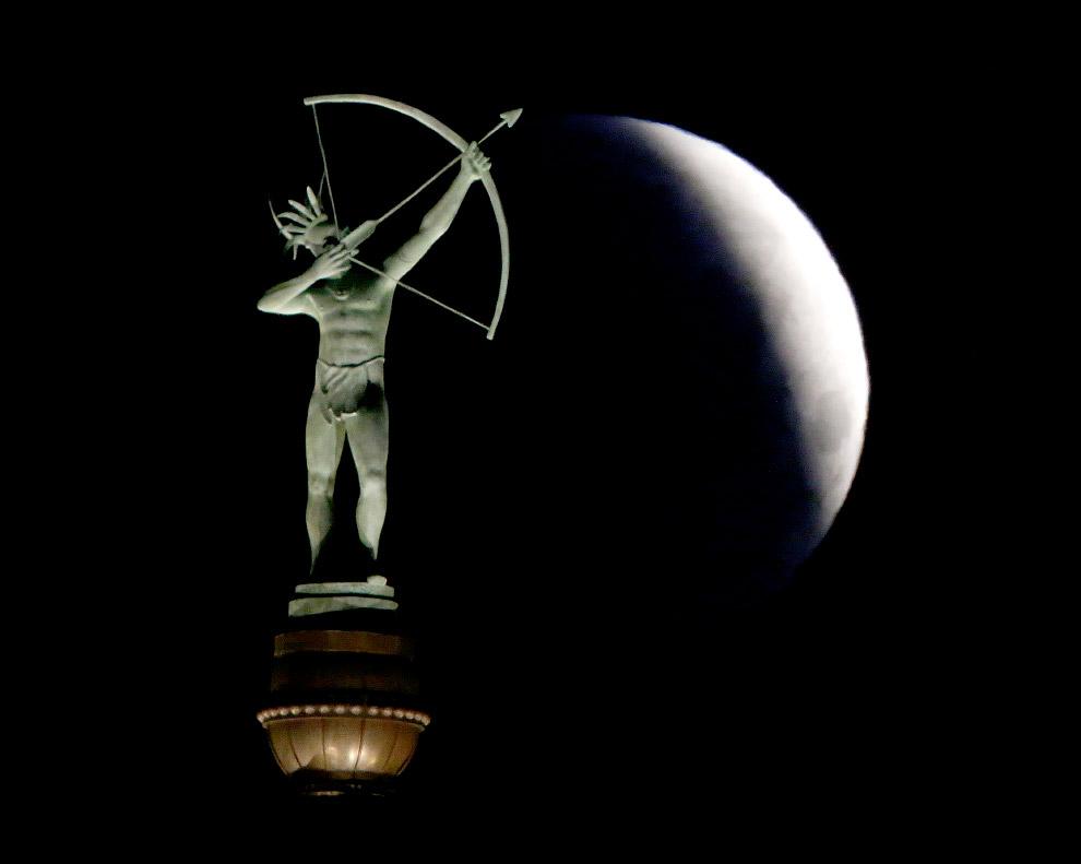 Статуя индейца Канза сверху Капитолия штата Канзас
