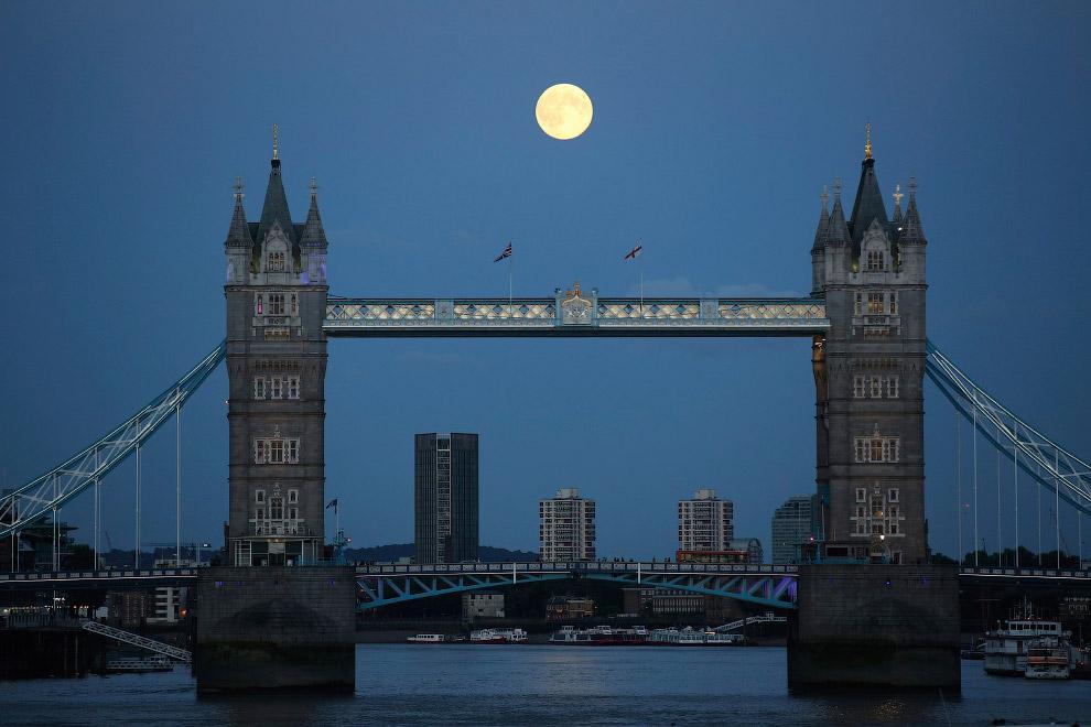 Суперлуние над Тауэрским мостом в Лондоне