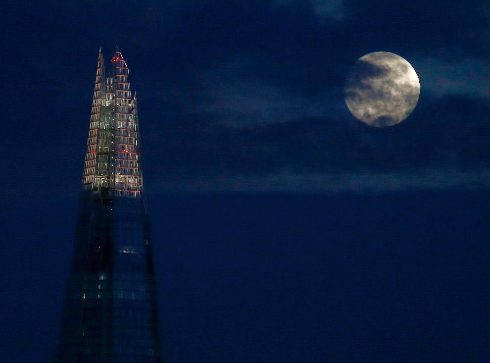 Полная луна и небоскреб «Осколок» в Лондоне