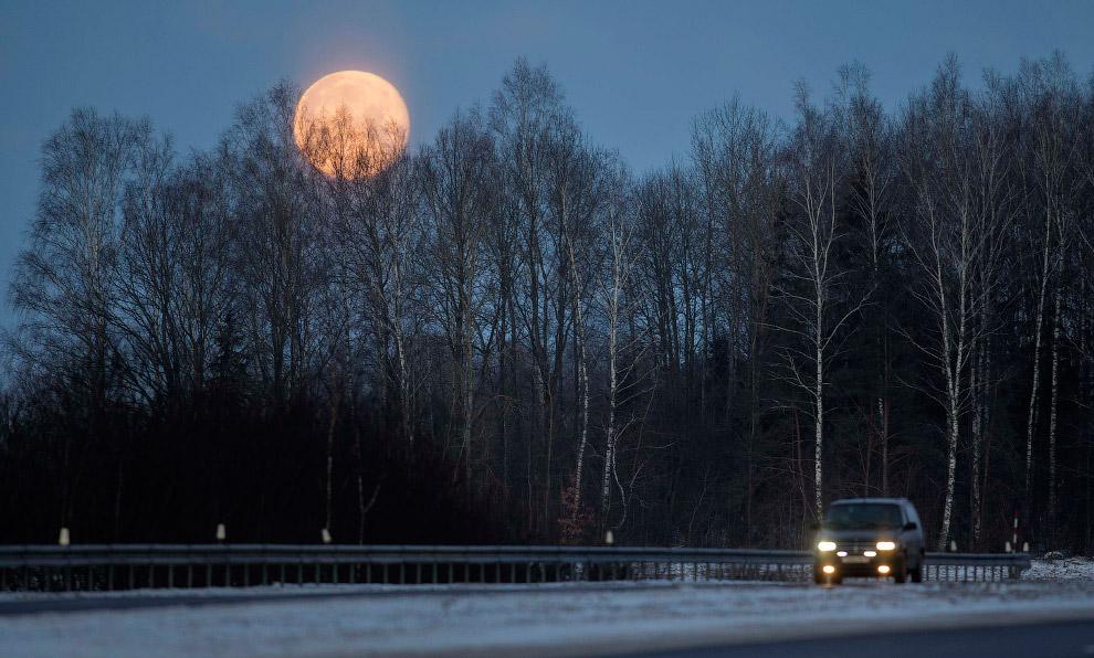 Полная Луна к западу от Минска