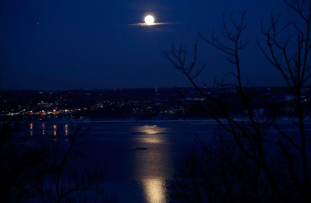 Луна над рекой Гудзон, США