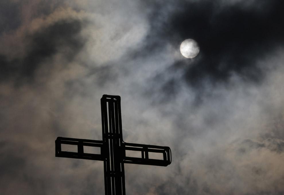 Луна в церковь в пригороде Кесон-Сити к северу от Манилы, Филиппины