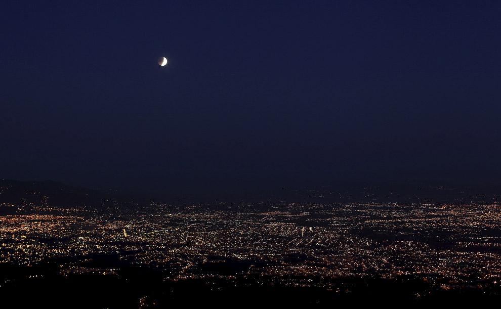 Лунное затмение над городом Сан-Хосе, Коста-Рика