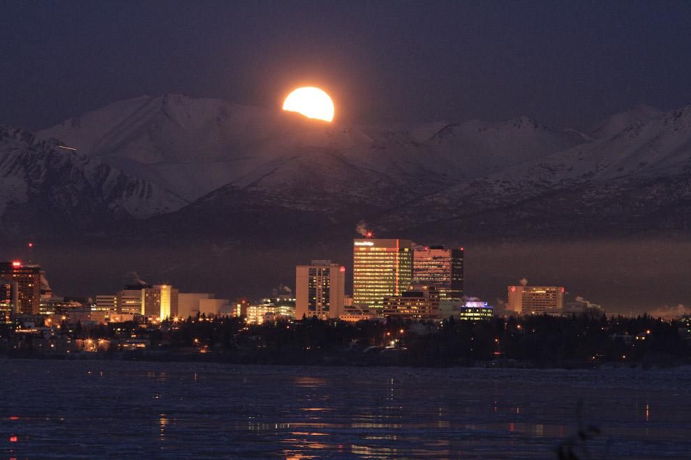 Луна в в Анкоридже, штат Аляска