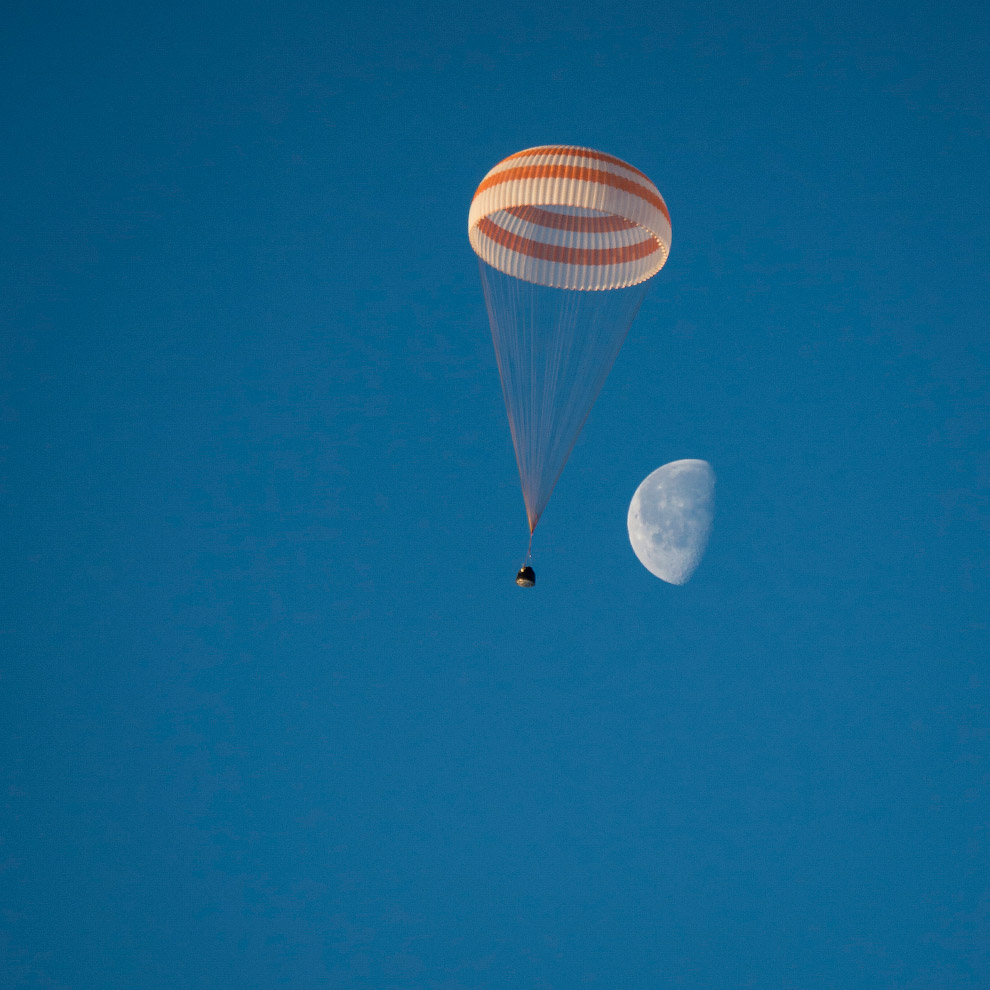 Посадка Союза ТМА-14М на фоне Луны