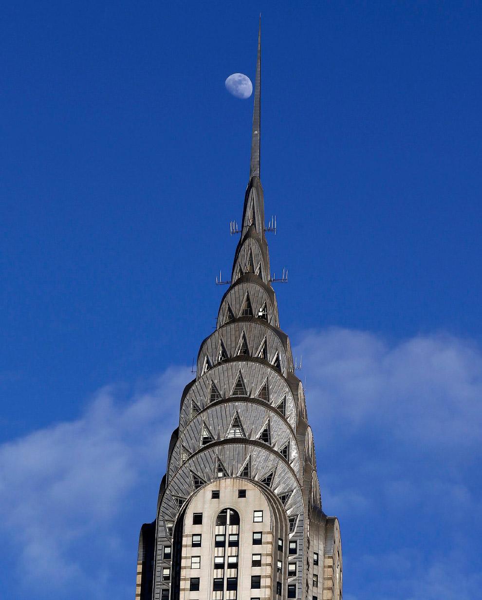 Луна над Крайслер-билдинг в центре Манхэттена в Нью-Йорке, США